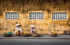 Deux vendeuses ambulantes se reposent sur les trottoirs #hoian #vietnam. Pour en savoir plus : https://www.amica-travel.com/vietnam-sites-a-decouvrir/centre-vietnam/hoi-an