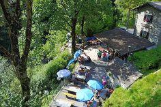 Les 10 meilleurs grotti d'Ascona-Locarno | GaultMillau – Channel Table En Granit, Picnic Blanket, Outdoor Blanket, Les Cascades, Beaux Villages, Le Moulin, Outdoor Furniture, Outdoor Decor, Park