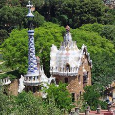 Barcelona é toda muito excêntrica. Algumas partes mais.  #parqueguell #barcelona #gaudi #tb #nofilter  @manoelsn by thaisaazevedo