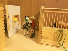horse in the wash stall! Messing around with the schleich popsicle stick stable again. Added some last minute details Toy Horse Stable, Schleich Horses Stable, Tiny Horses, Horse Stables, Horse Barns, Barn Wood Crafts, Horse Crafts, Wooden Toy Barn, Horse Bedding