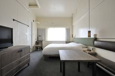 HOTEL ANTEROOM KYOTOは、京都駅の南側に位置する専修学校をリノベートして生まれたホテル&アパートメントです。館内には、ギャラリー・朝食レストラン・バーを併設し、さまざまな活動を通じて常に変化する「京都のアート&カルチャーの今」を発信しています。