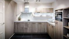 Mooie keuken met houttinten.  #keukens #keukenstudiomaassluis
