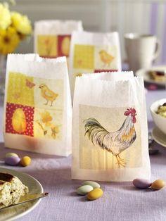 Diese Hühner kommen uns nicht in die Tüte, sondern vorne drauf! Einfach Ostermotive auf eine Brottüte kleben und ein Teelicht reinstellen.