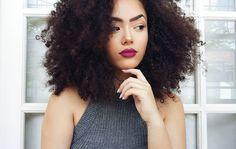 Tô aqui de olho em você que ainda não foi ver o vídeo novo 😌 Tá esperando o que garota? Corre no canal ver o tour pela minha penteadeira 😀 . . . . #cachosinlove #cachosbrasil #cachos #haircut #hairstyle #hair #cabelo #youtuber