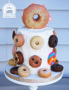 Bagel Lovers Cake Birthday cake for that person who craves bagels. All sorts, rainbow, salt, sesame, everything! All fondant bagels with. Cream Cheese Buttercream, Themed Birthday Cakes, Creative Cakes, Cake Art, Doughnut, Fondant, Cravings, Favors, Bagels
