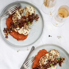 Blomkålssteaks på rostad paprikakräm med tomat- och olivtopping - Recept - Tasteline.com I Want To Eat, Beef, Food, Meat, Essen, Meals, Yemek, Eten, Steak