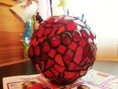 Mosaic garden ball. Garden Balls, Mosaic Garden, Mosaic Ideas, Yard Art, Bowling, Mosaics, Gardens, Vase, Crafty