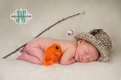 El bebé pesca/pescador sombrero y pescados situado en bebé tamaño recién nacido, 0-3 m o 3-6m. Es ganchillo en color arpillera tan ligera con plumas, botón de madera y banda de sombrero marrón. Este lindo pececito es mi diseño y viene en una cadena de modo que usted puede agregar su propia rama para hacer una caña de pescar poco lindo. El poste o flotador o corcho no está incluido pero puede adquirirse en tiendas que venden artículos deportivos o Walmart. Los ojos se cosen en forma segura…