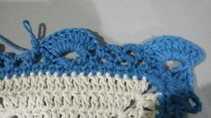 TAPETE RETANGULAR RENDADO EM CROCHÊ COM PASSO A PASSO Crochet Projects, Diy And Crafts, Crochet Earrings, Crochet Hats, Base, Crochet Rug Patterns, Blue Carpet, Crochet Stitches For Beginners, Bedspreads
