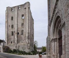 Donjon, château et ville forte de Beaugency 45190 Beaugency Orléanais Witches Castle, Château Fort, Portugal, France, Tours, Study Abroad, Belle Photo, Notre Dame, History