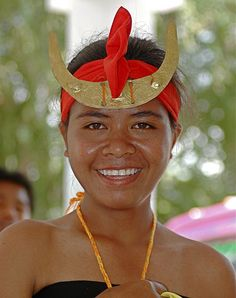 Sumba Girls headdress . Sumba dancers wear a typical Sumba Headdress for woman made of gold  by Ng Sebastian www.komodo-tours.travel/tours