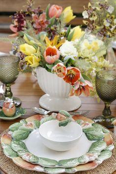 Pinturas e formas feitas à mão, encantadoras obras de arte em cerâmica e em cristal, para se ter em casa e usar como a nossa criatividade quiser. A sugestão de hoje é uma mesa mais clássica e elegante, com tons alegres, porém delicados, e a riqueza do opulento caju. Inspiração para um almoço em um jardim tropical!