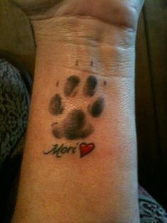 grey-paw-print-with-name-and-heart-tattoos-on-wrist.jpg (236×314)