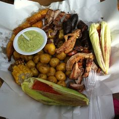 Picada Criolla - comida Colobiana Colombian Food, Chicken Wings, Sausage, Favorite Recipes, Drinks, Ideas, Gastronomia, Cook, World