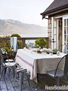 Outdoor dining room. Design: Erin Martin and Kim Dempster. Photo: Alec Hemer. housebeautiful.com. #deck #outdoor_dining_room #dining_area #beach_house #galvanized_metal_furniture