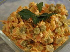 """САЛАТ """"КУПЕЧЕСКИЙ""""  Вкуснее не придумаешь  http://qps.ru/TWqvR    Ингредиенты: 200 г отварной нежирной свинины; 2 крупные морковки; 1 луковица; 2 ст. л. сахара; 2 ст. л. уксуса; полстакана кипятка; полстакана консервированного зеленого горошка; майонез, соль, перец по вкусу; растительное масло для жарки.  Приготовление: 1. Морковь натираем на средней терке. 2. Обжариваем до мягкости. 3. Лук нарезаем мелкими кубиками. 4. Смешиваем уксус, сахар, заливаем кипятком и в полученном соусе маринуем…"""