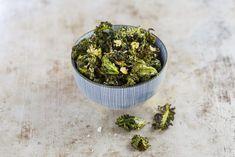 Krispiga grönkålschips med lagrad parmesan. Perfekt som tilltugg till drinken eller framför tvn.