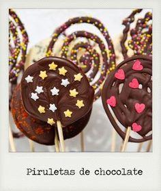 piruletas de chocolate Chocolate Banana Bread, Chocolate Bark, How To Make Chocolate, Homemade Chocolate, Chocolate Desserts, Cocinas Chocolate, Lollipop Recipe, Chocolates, Chocolate Lollipops