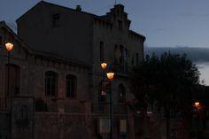 A la sortida del poble, l'Ajuntament encén les seves llums per acomiadar-se dels visitants.