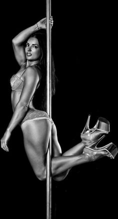 Michelle Shimmy - Beautiful pose on the pole