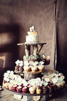 RUSTIC ORGANIC CUPCAKE STAND by LADGT - I dont care for the cupcakes but I luv the stand
