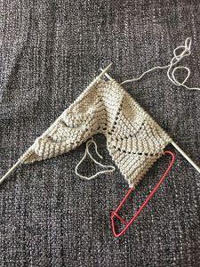 Capota de 0 a 3 meses tejida a dos agujas | Manualidades Baby Knitting Patterns, Knitting For Kids, Crochet Poncho, Crochet Hats, Knit Rug, Baby Booties, Knitting Needles, Baby Hats, Knitted Hats