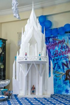 Elsa Fans Products For Your Favorite Frozen Character Torte Frozen, Frozen Castle Cake, Elsa Castle, Frozen Themed Birthday Party, 4th Birthday Cakes, Birthday Parties, Diy For Kids, Gifts For Kids, Disney Frozen Party