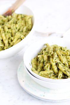 Pasta con pesto de menta y almendra. Es perfecto para tenerlo en el refrigerador por si algo se ofrece | pasta salad recipes | | pasta sauce recipes | | pastas | | pastas & noodles | noodles | | noodles recipes |  http://www.piloncilloyvainilla.com/