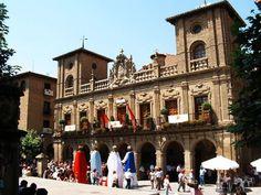 Como plaza defensiva de estilo medieval, en este pueblo reposan los restos de César Borgia: Viana (Navarra)