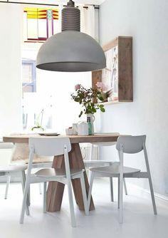 ZWAARTAFELEN I Mooie ronde eettafel met een gave lamp. Bij ons in de showroom hangen ook veel van dit soort lampen. www.zwaartafelen.nl