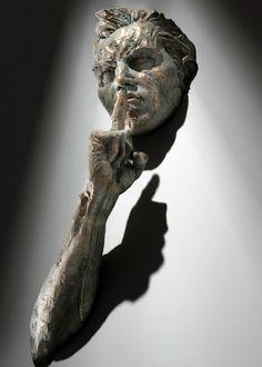 Atrapados en las paredes, escultura de Matteo Pugliese