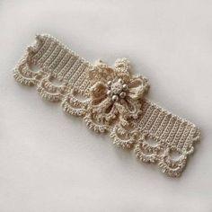 No puedo creer las cosas que se pueden hacer tejiendo crochet. Éstas especies de pulseras con perlas y f...