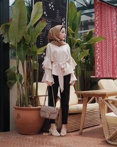 Street Hijab Fashion, Abaya Fashion, Muslim Fashion, Fashion Outfits, Casual Hijab Outfit, Hijab Chic, Hijab Trends, Hijab Fashionista, Frill Tops