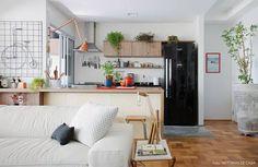 Quem tem ou pretende adquirir uma geladeira preta sabe que a decoração da cozinha vai girar em função dela. Afinal, você pagou (ou vai pagar) mais caro nela porque se encantou, não é mesmo? E convenhamos, elas são bonitas mesmo e merecem um destaque todo especial na sua cozinha. Dá pra combinar com tudo. Ela ganha