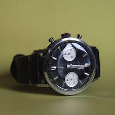 Butex, chronographe des années 1960, d'une marque peu connu mais d'aspect très flatteur avec son cadran noir laqué, ses compteurs blanc nacré, ses larges aiguilles et index appliqués.