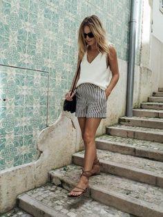 Blusa branca, short de alfaiataria listrado, sandália rasteirinha bege com tias, White blouse, shirt, striped tailored shorts, flat lace up sandal
