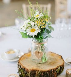 Rustic Dinner Tables, Dinner Table Centerpieces, Wine Bottle Centerpieces, Decoration Table, Mesas Para Baby Shower, Daisy Wedding, Wedding Decorations On A Budget, Easter Table, Luau