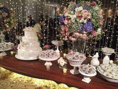 Quem aí está procurando fornecedor MARAVILHOSO de forminha de doces? <3 Olha essa mesa linda com tudo feito pelo @ateliehart.  Orçamentos:  ateliehart@gmail.com ou no telefone (31) 99291-2369
