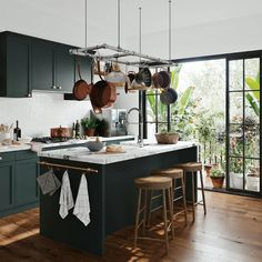 Just in time for summer, here is how you can create a tropical kitchen, bedroom and bathoom, from furniture and wallpaper to house plants and decor Modern Kitchen Design, Interior Design Kitchen, Home Design, Design Ideas, Home Decor Kitchen, Home Kitchens, Kitchen Ideas, Dark Kitchens, Kitchen Furniture