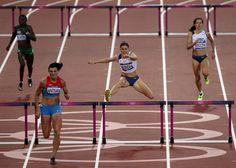 A TEĎ DO CÍLE! Ještě v náběhu do cílové rovinky byla Zuzana Hejnová na čtvrtém místě, závěrečný finiš ale zvládla skvěle a doběhla si pro bronzovou medaili na úkor Jamajčanky Spencerové. Úplně vpravo finišuje na sedmém místě Denisa Rosolová.