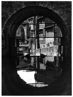 Roussillon, Prats-de-Mollo, la porte d'Eau, 1958 par Jean Dieuzaide. Learn Fine Art Photography - https://www.udemy.com/fine-art-photography/?couponCode=Pinterest22