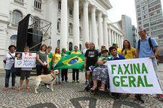 """Ato pró-Sergio Moro (PSDB/PR) reúne """"multidão"""" de 15 pessoas e um cachorro em Curitiba"""