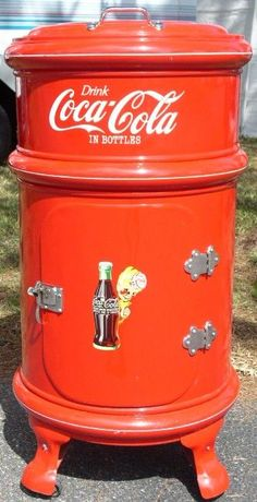 Round Metal Coca Cola Ice Box, dated old turkey pan (top) old med barrel or garbage can (bottom) Coca Cola Decor, Coca Cola Drink, Cola Drinks, Coca Cola Ad, Always Coca Cola, World Of Coca Cola, Vintage Coca Cola, Mountain Dew, Vintage Posters