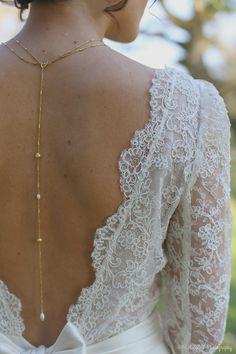 Collier de dos plaqué or et perles d'eau douce, robe Atelier d'Eléa. #collier #jewelry #dos #robe #chignon #wedding #hairbun #dress #mariage #nœud #headband  #entredeuxrevesevent #petitemarquisecarteriemariage #atelierdeléa