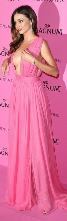 Who made  Miranda Kerr's pink pleated gown and nude sandals?