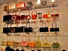 Vintage Bakelite & Lucite Bags/what sight to wake up every morning to see. I have a deep love of all things Bakelite, especially handbags and jewelry. Vintage Purses, Vintage Bags, Vintage Handbags, Vintage Outfits, Vintage Items, Vintage Stuff, Vintage Shoes, Style Vintage, Vintage Love