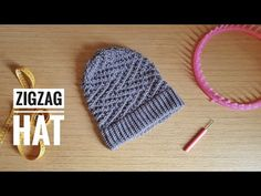 Comment tricoter un bonnet souple au tricotin en ZigZag facile (TUTO DIY) - YouT. Round Loom Knitting, Loom Knitting Stitches, Loom Knitting Projects, Knifty Knitter, Lace Knitting, Knitting Videos, Sewing Projects, Loom Hats, Loom Knit Hat