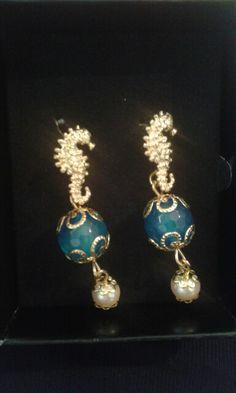Orecchini in argento dorato con cavalluccio marino, pietra dura e perla