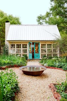 Keltainen talo rannalla. Wouldn't this make a lovely greenhouse.