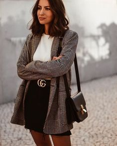 Street Style veste tweed ceinture gucci jupe jean noire tee shirt blanc mode of. Mode Outfits, Fall Outfits, Casual Outfits, Fashion Outfits, Fashion Clothes, Uni Outfits, College Outfits, Grunge Outfits, Fashion Mode